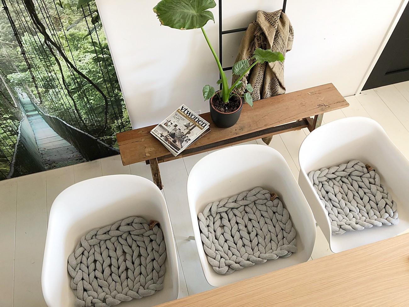 4 Witte Kuipstoelen.Zelf Een Stoelkussen Breien Jellina Detmar Interieur Styling Blog