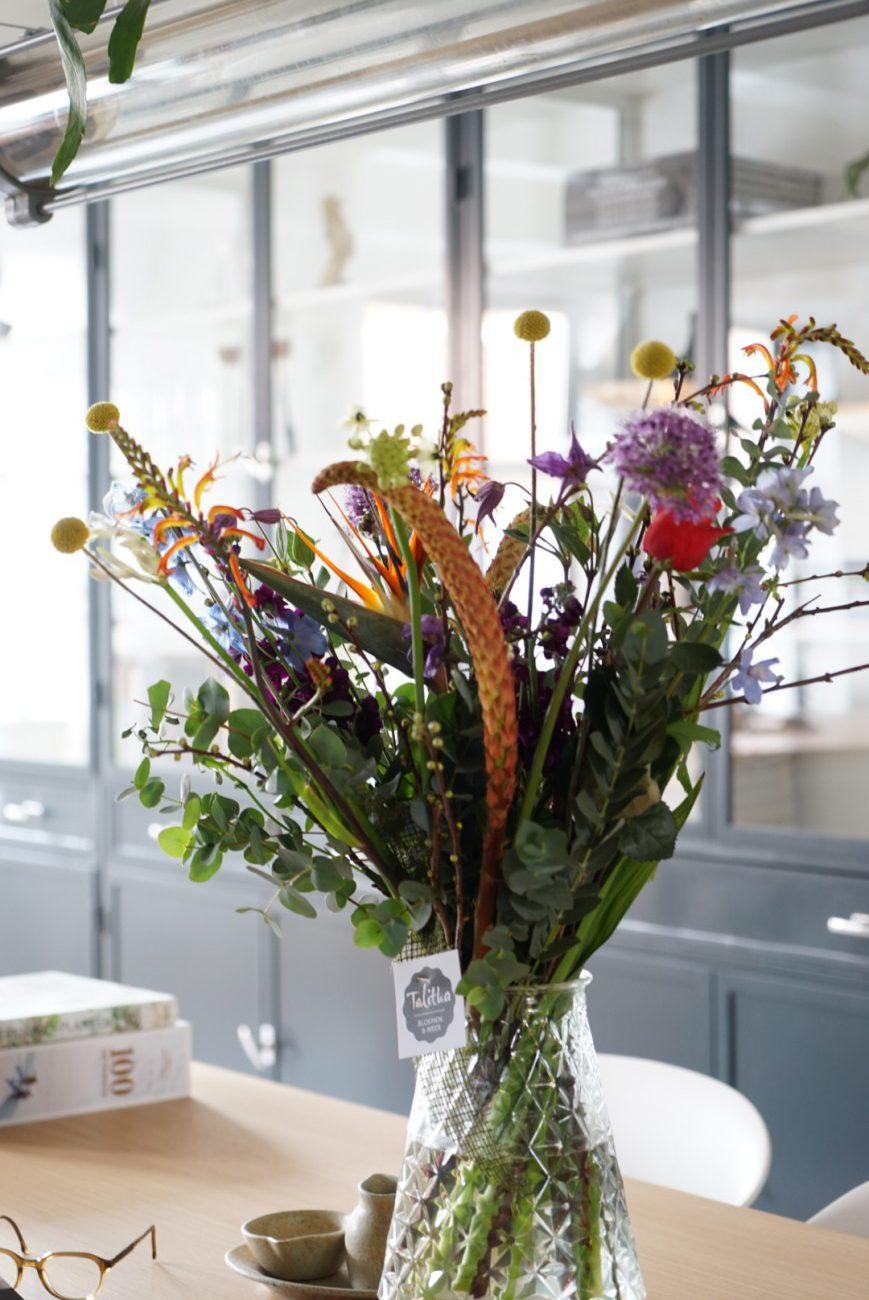 een boeket bloemen op tafel