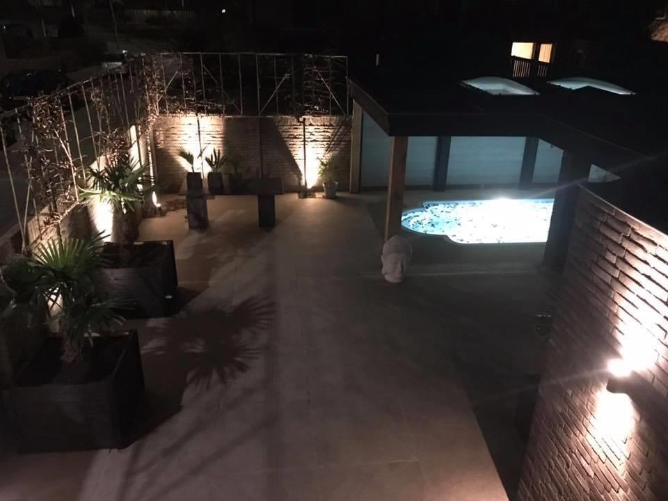 zwembad in de tuin avondlicht