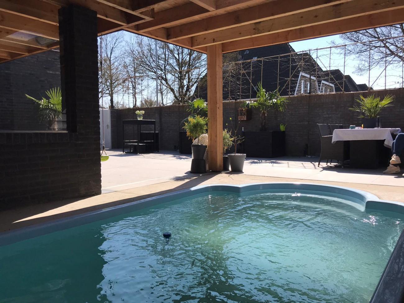 een zwembad in de tuin