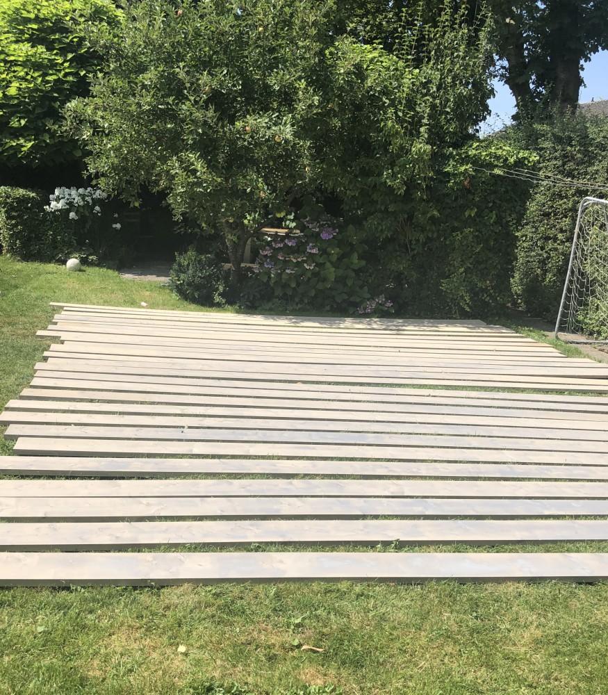 planken Een zwembad met terras in eigen tuin